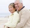 Glückliches Rentnerpaar mit festen Zähnen